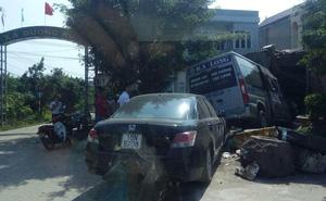 Tài xế xe khách thoát chết khi đâm sập mái hiên nhà dân