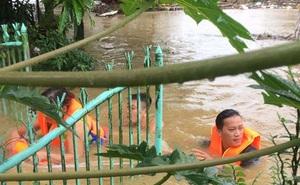Công an tỉnh Thừa Thiên - Huế dầm mình trong mưa lũ giúp dân