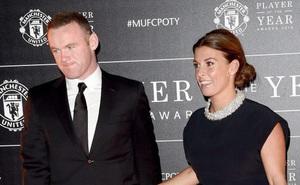 Coleen đã chịu xuống phố cùng Rooney, nhưng vẫn không đeo nhẫn cưới