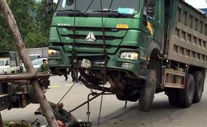 Xe ô tô tải mất lái đâm vào xe máy, 1 người chết thảm