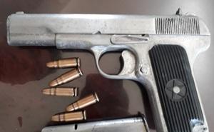 Bắt nhóm đối tượng mang súng đi giải quyết mâu thuẫn