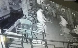 Lao vào quán, quát nhóm người đánh bi-a rồi rút súng bắn