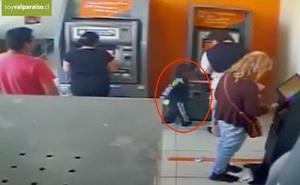 Bé 4 tuổi giật tiền ở cây ATM trước mặt nạn nhân