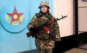 """Ảnh: Vẻ đẹp """"không lẫn vào đâu"""" của các nữ quân nhân Kazakhstan"""