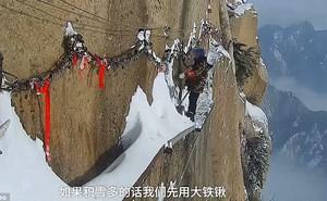 Việc quét tuyết trên vách núi đá cao hơn 2000 mét: Lương cao chưa chắc nhiều người dám thử
