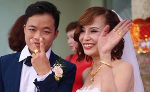 Cô dâu 62 tính sai tuổi lấy chồng trên livestream, kể chuyện làm lụng vất vả thuở còn trẻ