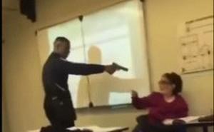 Video sốc: Học sinh cầm súng dọa lấy mạng cô giáo đang điểm danh
