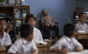 Câu chuyện thầy giáo đưa mẹ già bị Alzheimer tới lớp khiến số đông không cầm được nước mắt: Vì mẹ là người sinh ra mình, có mẹ là điều tuyệt vời nhất trên đời