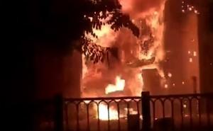 Trăm cảnh sát dập lửa nhiều giờ ở quán bar trung tâm TP