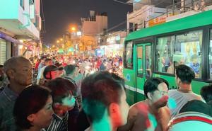 Phụ xe buýt dùng hung khí truy đuổi người sau va chạm ở Sài Gòn, dân bức xúc vây xe