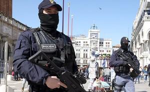 Tội phạm dùng dao uy hiếp 12 con tin, đòi gặp Bộ trưởng Quốc phòng, Bộ trưởng Nội vụ Ý