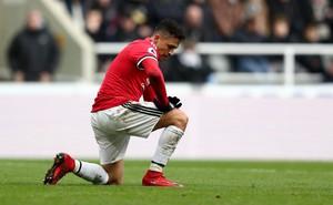 """Man United thất thủ: """"Smalling rác rưởi, thật xấu hổ khi chẳng ai giúp Sanchez cả"""""""