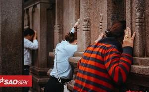 Nườm nượp đi chùa, người Sài Gòn úp mặt vào tượng đá nói chuyện, bôi ấn đỏ lên mặt cầu may