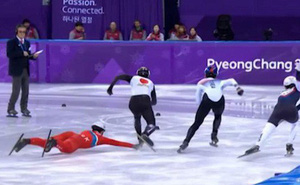 VĐV Triều Tiên kéo chân đối thủ khi trượt ngã ở Olympic mùa đông