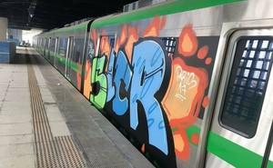 Chuyên gia vào cuộc xóa nét vẽ graffiti, sớm trả lại màu sơn xanh cho tàu Cát Linh - Hà Đông