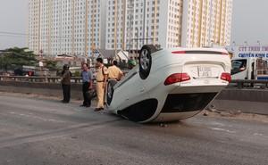 Va chạm với xe tải,  ô tô 4 chỗ lộn nhào rồi chổng bánh giữa đường