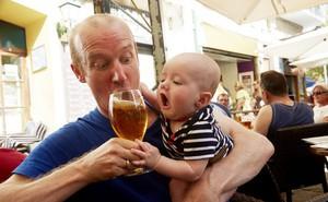 Để trẻ nếm bia, rượu: Trò đùa nguy hiểm!