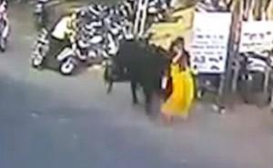Đang đi bộ trên phố, người phụ nữ bất ngờ bị bò húc lên cao 3m