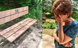 Vào công viên và đọc tấm bảng gắn trên chiếc ghế hai vợ chồng hay ngồi, người vợ nghẹn ngào bật khóc