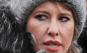 """Nữ ứng viên tổng thống Nga """"sũng nước"""" sau màn trả đũa của người ủng hộ ông Zhirinovsky"""