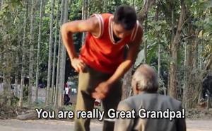 Sau khi cư xử thô lỗ với cụ già ăn xin, chàng trai trào nước mắt ân hận khi thấy cảnh này