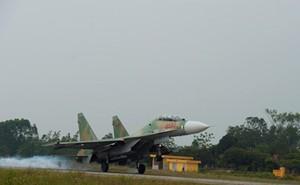 """""""Hổ mang chúa"""" Su-30MK2 Lam Sơn tự tin làm chủ bầu trời"""