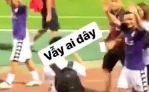 Giữa biển người hâm mộ, Quang Hải U23 vẫn nhận ra người yêu và hớn hở vẫy tay