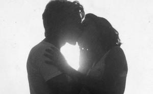 Rình mò các cặp đôi ôm hôn nơi công cộng, chương trình TV bị lên án dữ dội