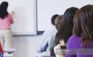 Tại sao giáo viên viết bảng nhưng vẫn phát hiện học sinh nghịch ngợm sau lưng mình?