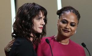 """Trước 3.000 khách mời, mỹ nhân Ý bất ngờ tiết lộ chuyện bị """"ông trùm nghiện sex"""" Harvey Weinstein cưỡng hiếp ngay tại Cannes"""