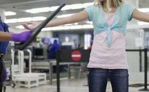 Còi báo động vang lên khi những bé gái bước qua máy quét an ninh sân bay, cảnh sát phát hiện âm mưu tàn nhẫn