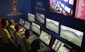 """Toàn cảnh vận hành công nghệ VAR của World Cup 2018: Nơi đưa ra những phán quyết """"sinh sát"""" quyền lực nhất"""