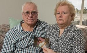 Bị trộm hết tiền, đôi vợ chồng già người Anh đòi từ mặt, trục xuất con trai bất hiếu về nguyên quán