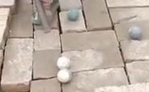 Video: Thích thú với trò chơi tự chế của trẻ em vùng quê nghèo ở Trung Quốc