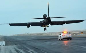 Tại sao luôn có một chiếc xe hơi bám đuổi máy bay do thám U-2 của Mỹ lúc hạ cánh?