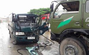 Người dân cạy cửa cứu tài xế xe tải sau cú đối đầu mạnh trên tỉnh lộ