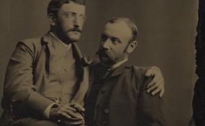 """Loạt ảnh """"anh em thân thiết"""" thế kỷ 19: Choàng vai bá cổ quá thường, phải ngồi vào lòng, nắm chặt tay và nhìn nhau đắm đuối cơ!"""