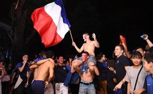 CĐV Pháp cởi áo, ăn mừng chiến thắng linh đình tại Hà Nội