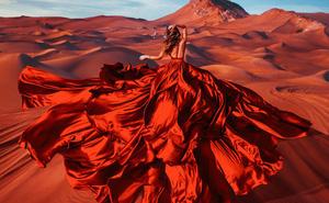 20 khoảnh khắc đầm dạ hội hòa quyện hoàn hảo vào cảnh đẹp thế giới tạo nên bức tranh ảo diệu đến nghẹt thở