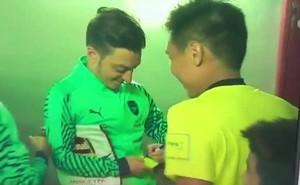 Chuyện lạ: Trọng tài từng bắt V.League xin Mesut Ozil kí lên thẻ vàng