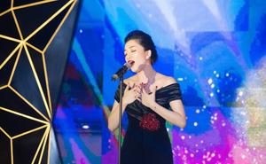 Ca sĩ Phạm Thu Hà khoe vai trần gợi cảm, hát ca khúc kinh điển về ái tình