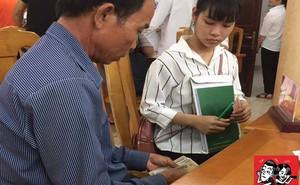 Đôi tay đếm tiền lẻ và ánh mắt của bố nhìn con gái ngày nhập học khiến dân mạng nghẹn ngào