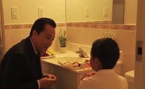 Phát hiện giúp việc để con ăn tối trong nhà vệ sinh, chủ nhà đã làm 1 việc ít ai ngờ đến
