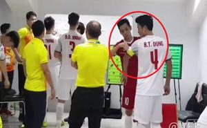 U23 Việt Nam: Không ra sân đá chính, Văn Quyết đích thân đeo băng đội trưởng cho Tiến Dũng