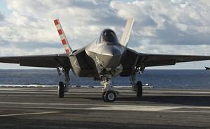 """""""Trận không chiến"""" F-22 và F-35: Huynh đệ tương tàn"""