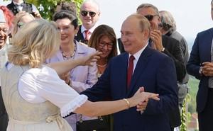 Tổng thống Putin khiêu vũ với Ngoại trưởng Áo tại đám cưới