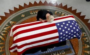24h qua ảnh: Vợ Thượng nghị sĩ Mỹ John McCain hôn lên linh cữu của chồng