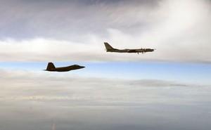 Đang tham gia cuộc tập trận với Trung Quốc, oanh tạc cơ Nga bị F-22 Mỹ xuất kích ngăn chặn