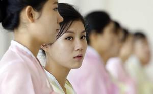 Dàn nữ nhân viên xinh đẹp hút hồn tất bật chuẩn bị tiệc cho 2 nhà lãnh đạo liên Triều