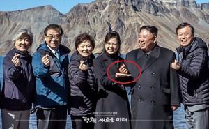 """Những chuyện bên lề thú vị ở thượng đỉnh liên Triều: Ông Kim loay hoay học """"bắn tim"""""""